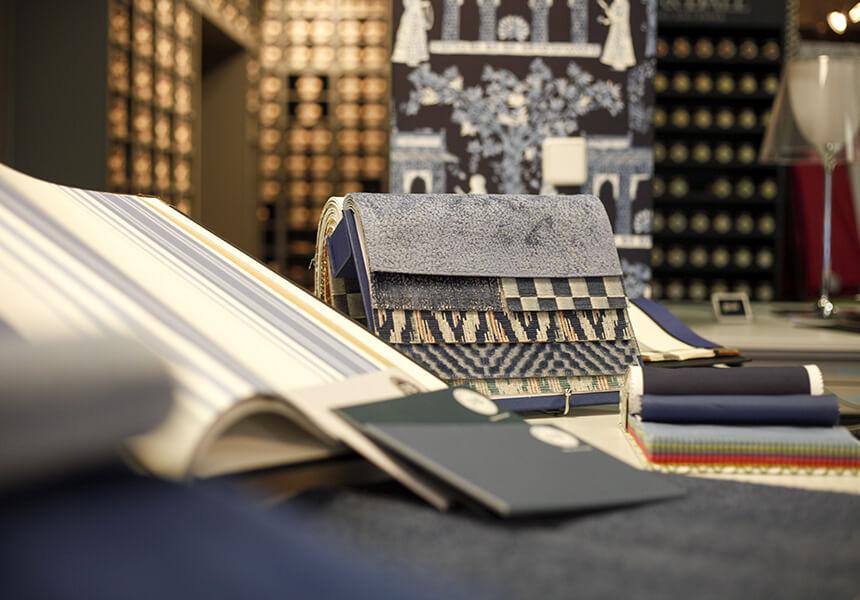 Detailaufnahme von Ausstellungsstücken; Vorhangschiene, Teppichboden, Tapete, Polsterstoffe und Farrow & Ball