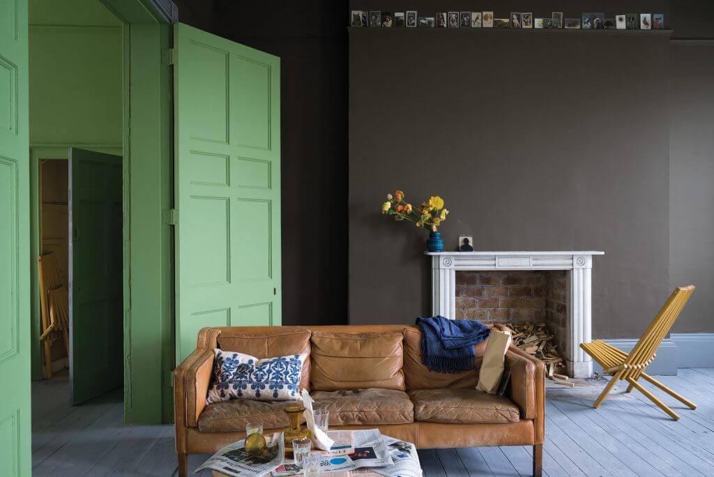 Kaminzimmer mit Ledersofa, Dielung im Farbton Manor House Gray, Türen in Yeabridge Green, moderne Wandfarben in Salon Drab von Farrow & Ball