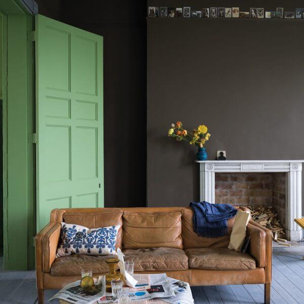 Kaminzimmer mit Ledersofa, Dielung im Farbton Manor House Gray, Türen in Yeabridge Green, moderne Wandfarben in Salon Drab von Farrow & Ball