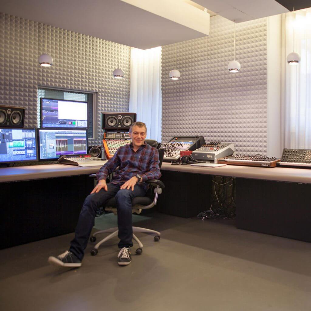 Andreas Loof im Studio, Mischpult, Schallabsorber, Akustikvorhang