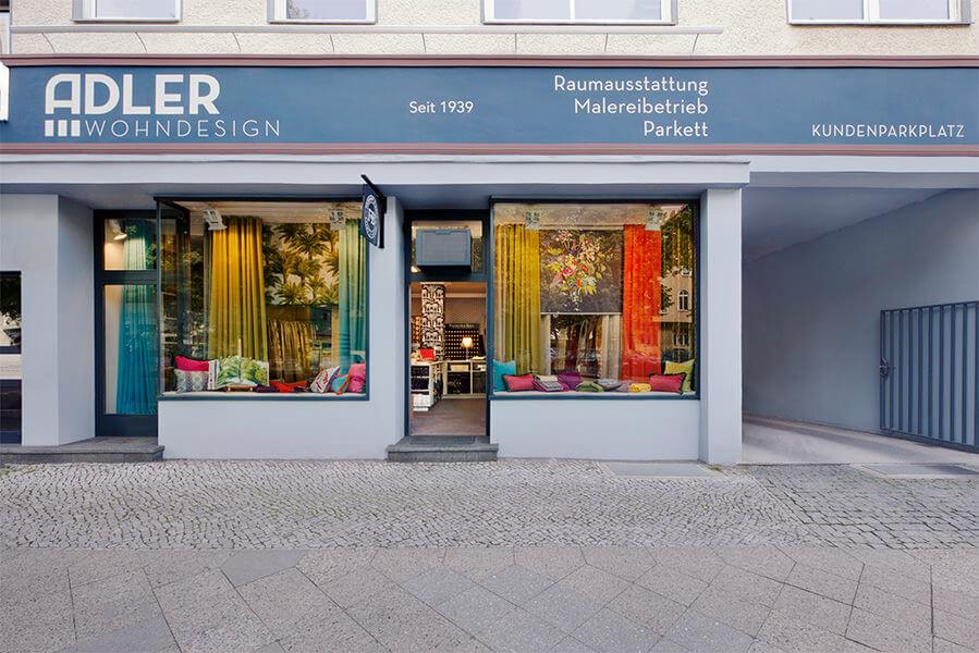 Blick auf die Fassade von Raumausstatter Adler Wohndesign in Berlin Charlottenburg.