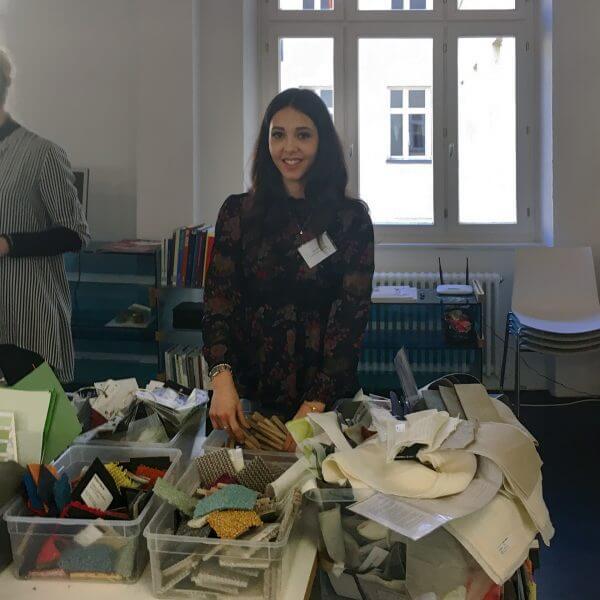 Unsere Auszubildende zur Kauffrau im Einzelhandel Nura Nahas bei Creation Baumann zum Workshop Moodboards.