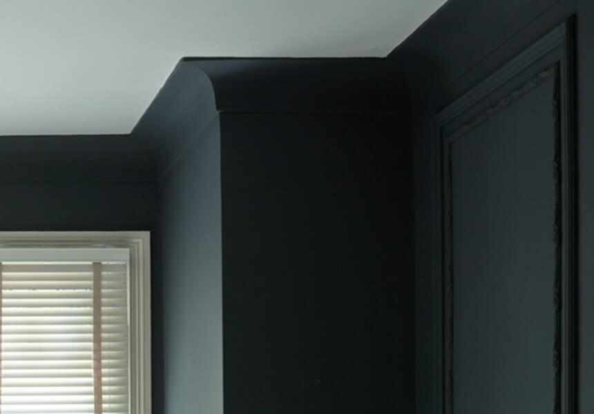Schwarzblaue Stuckleiste, die mit Dead Flat gestrichen wurde.