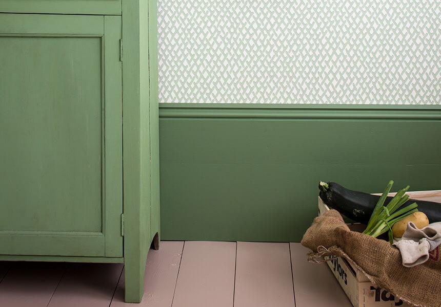 Lackierung einer Sockelleiste und einer Kommode mit Estate Eggshell in einer grünen Farbe