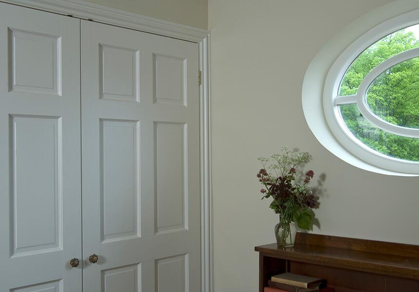 Eine mit Estate Eggshell in der Farbe Limewhite lackierte Tür in einem Eingangsbereich