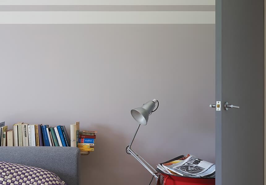 Wandgestaltung mit Estate Emulsion in der Farbe Peignoir mit Streifen in shadet White
