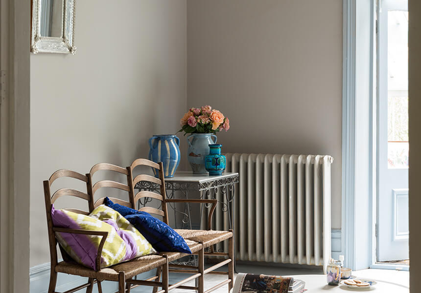Estate Emulsion im Farbton Purbeck Stone von Farrow & Ball, in Kombination mit Estate Eggshell in All White für den Heizkörper