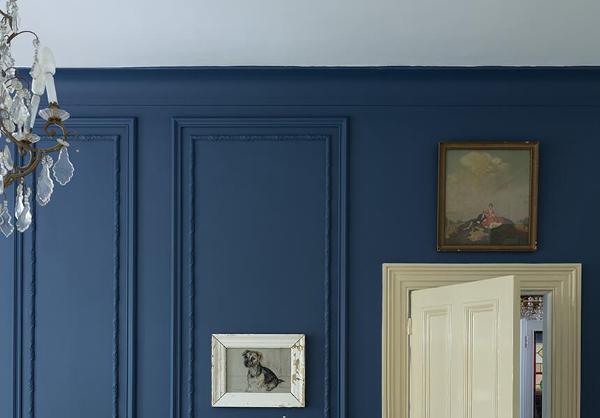 Estate Emulsion in der Farbe Stiffkey Blue an einer Wand mit einer Vertäfelung, Lackierung der Tür in modern Eggshell