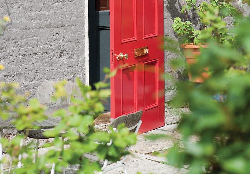Eine weitere Hauseingangstür in Full Gloss, hier in rot vor grauem Mauerwerk.