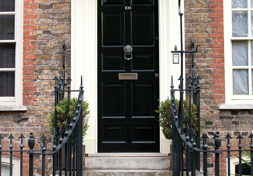 Eine typische englische Eingangstür in einer schwarzen Lackierung Full Gloss.