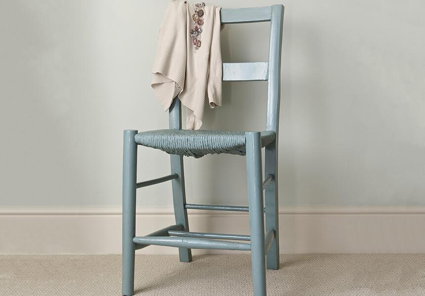 Ein einfacher Holzstuhl wurde mit der Farbe Full Gloss in Oval Room Blue lackiert und somit zu einem Dekoobjekt.