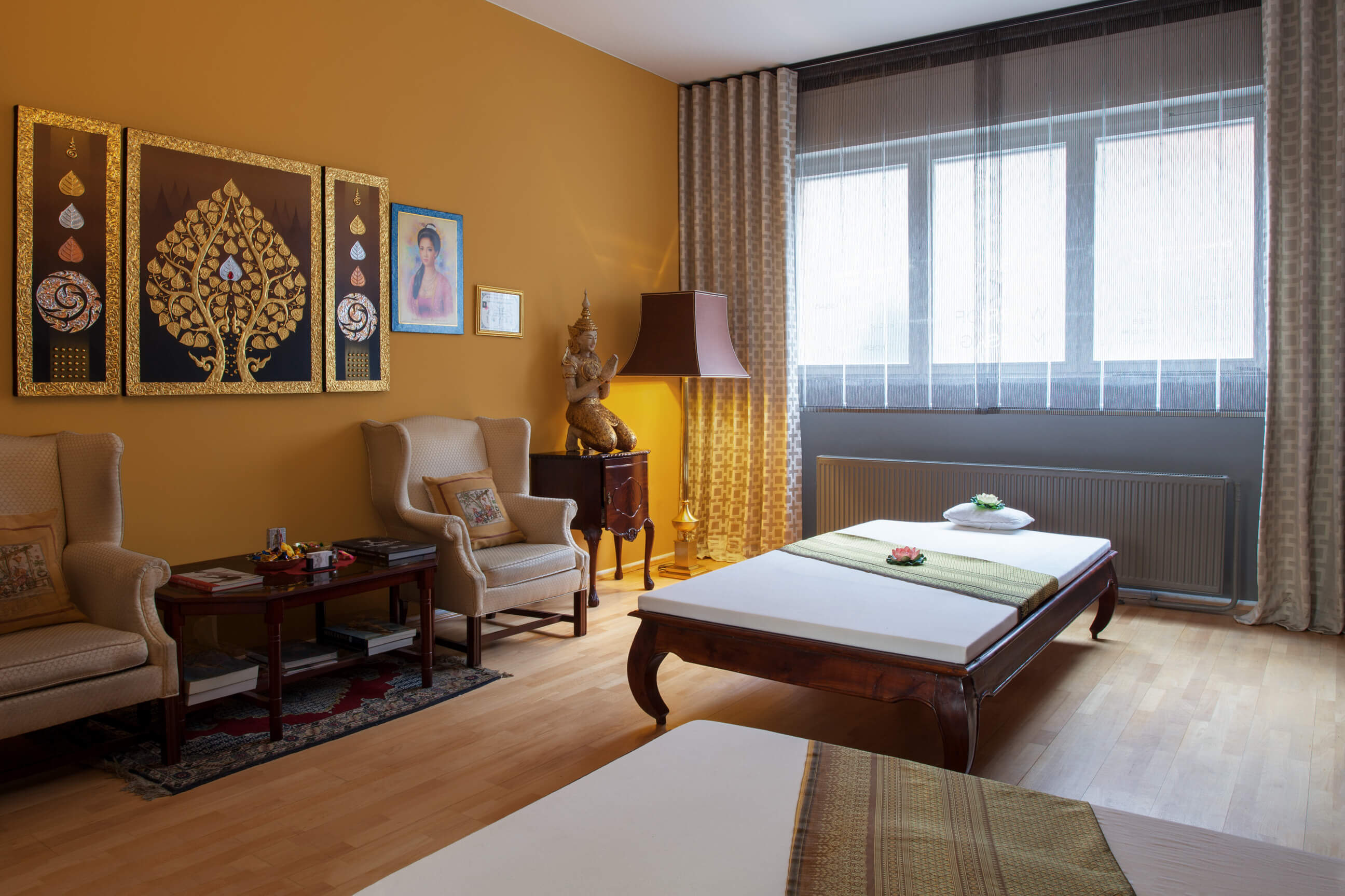 Eine kräftig Gelb gestrichene Wand im Farbton India Yellow von Farrow and Ball
